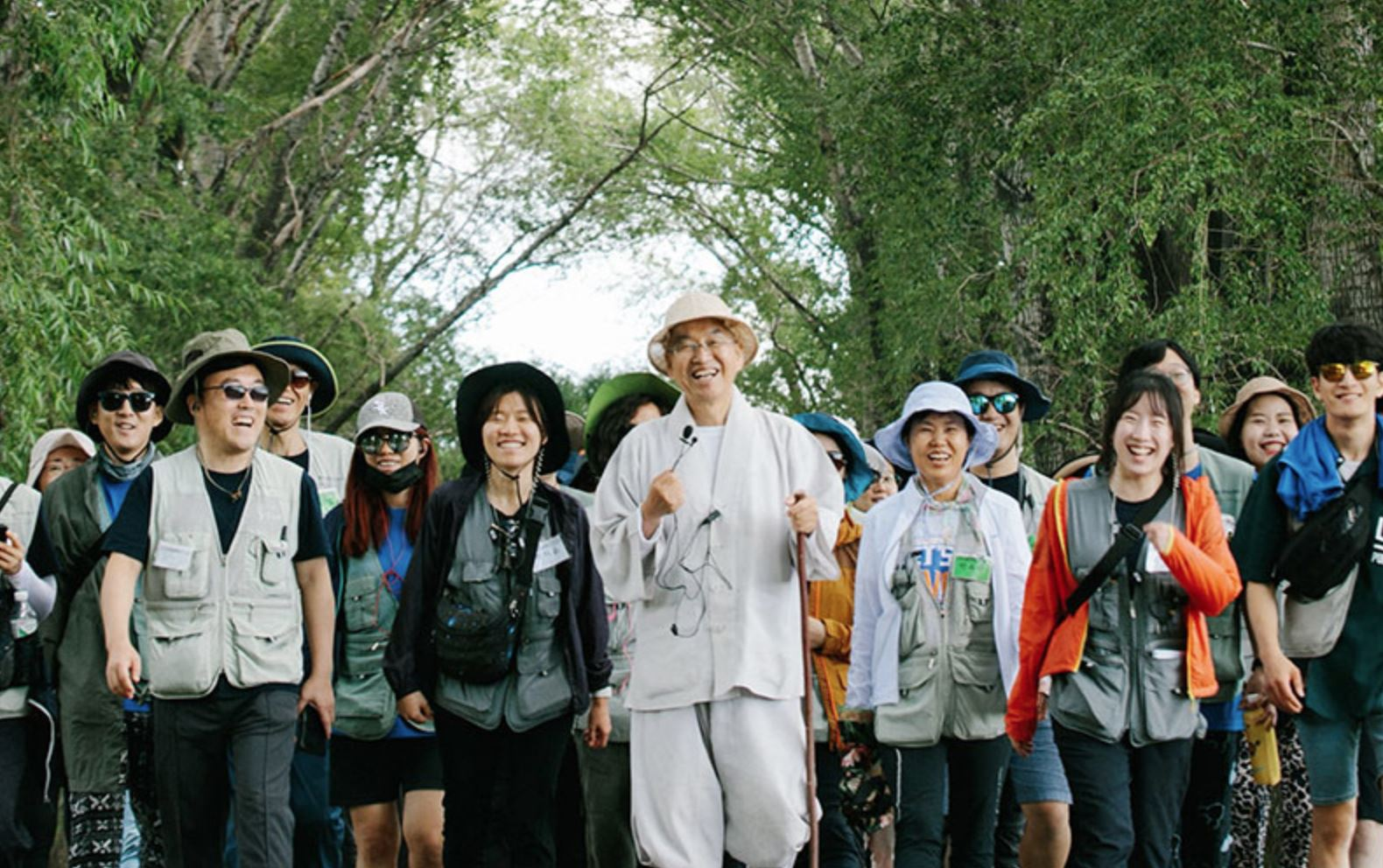 Pomnyun Sunim and members of Jungto Society walking together